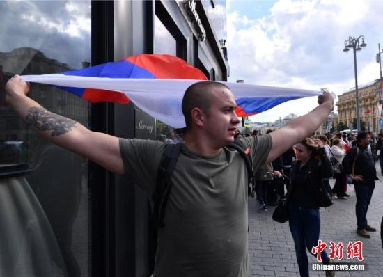 世界杯揭幕在即,俄罗斯球迷高举国旗。