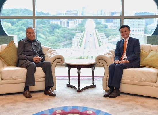 图说:6月18日上午9时,马来西亚总理马哈蒂尔亲自迎接马云,对阿里巴巴的到来表示热情欢迎