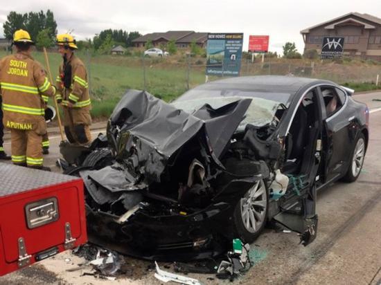 特斯拉追尾消防车事故:司机正在看手机天成娱乐平台