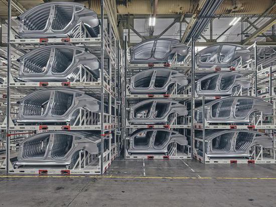 弗裡蒙特工廠的Model 3側門框架