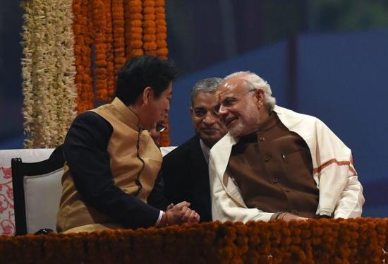 日本加紧拉拢美国、澳大利亚和印度等国,打造对华包围网。图为12月12日日本首相安倍晋三访问印度,会晤印度总理莫迪。(法新社)
