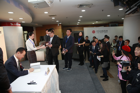 万达集团董事长王健林出席活动并为读者签名