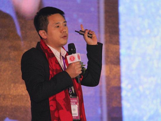 """第十六届""""学习型<a href='http://www.100ec.cn/zt/world/' target='_blank'>中国</a>——世纪成功论坛""""于2015年12月30日-2016年1月1日在北京举行。上图为三个巴巴家庭智能环境科技(北京)有限公司董事长戴赛鹰。(图片来源:新浪财经)"""