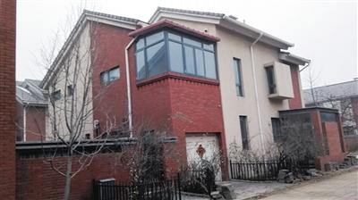 蒋洁敏、史奎英夫妇为蒋峰购买的北京市昌平区三水青清庄园别墅,案发后该房产已被查封。