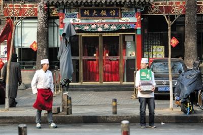 昨日,胡大饭馆。当天,簋街胡大饭馆等全国数十家饭店被食药监总局通报,胡大饭馆被指作料里查出罂粟壳成分。新京报记者 彭子洋 摄