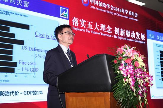 图为范维澄发表演讲。