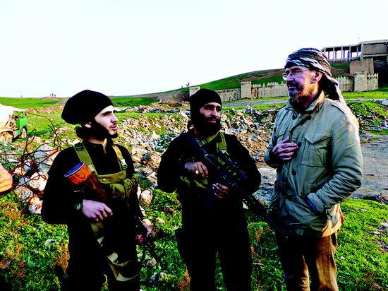 材料图:德国战地记者托登霍佛和伊斯兰国战士在一同。