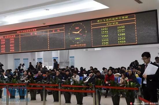 2月底,在上海浦东新区房地产交易中心,排队等候办理手续的购房者在交易大厅内的等候区坐的满满当当。而这一景象基本在全市各区的房产交易中心均能见到。(图片来源:上海青年报-东方IC)