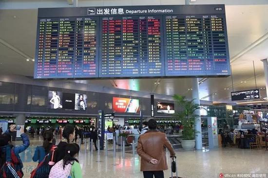 图为上海虹桥机场出发口(图片来源:东方IC)