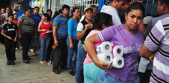 委内瑞拉的经济和社会都曾经不胜重负