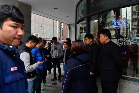 3月17日,上海市阿迪达斯南京西路店。 文内图均来自澎湃新闻记者 高剑平 实习生 彭致恺 图