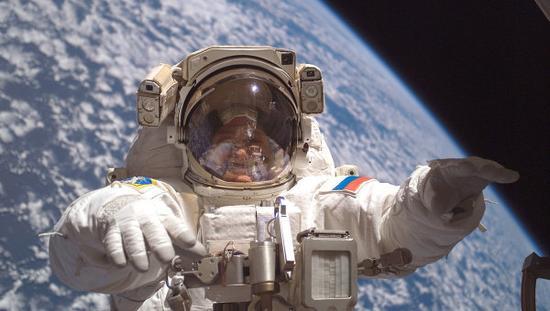 材料图:俄罗斯宇航员走出太空站