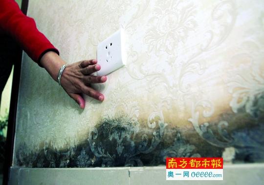 深圳坪地香林世纪华府保障房小区,不少住户家中的墙壁出现不同程度的漏水,导致墙纸发霉发黑,墙面脱落。 南都记者 赵炎雄 摄
