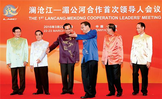 3月22日,李克强总理在海南三亚欢迎来华出席澜沧江―湄公河合作首次领导人会议的泰国、柬埔寨、老挝、缅甸和越南五国领导人,与他们握手并合影留念。