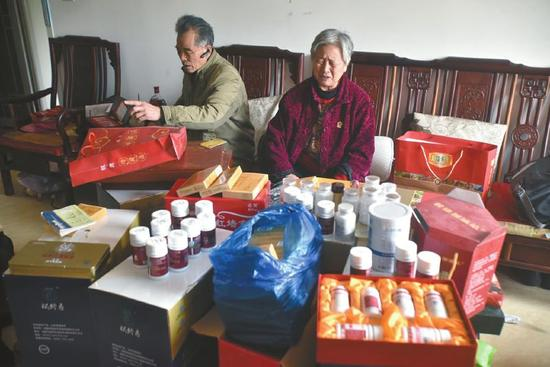 花7万元买来的一大堆保健品,好多都还没开封。 来源:华西都市报