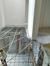 新房客厅地板只剩钢筋网,楼下看得清清楚楚。