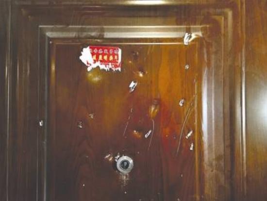 房门上多处被破坏的痕迹清晰可见 摄影记者 张士博