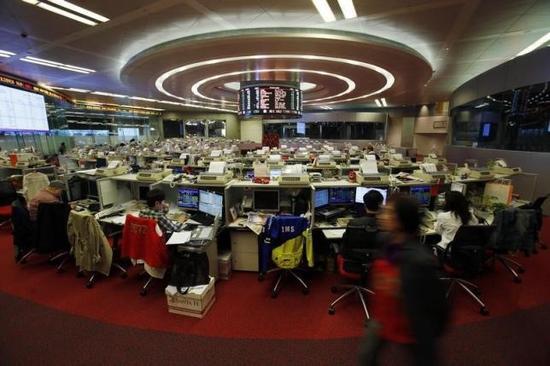 2014年2月7日,香港联交所内的买卖员。 (Reuters)