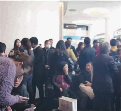 上午,大批投资者赶到中晋未来资产大厦的销售点打探情况 范鹏 摄