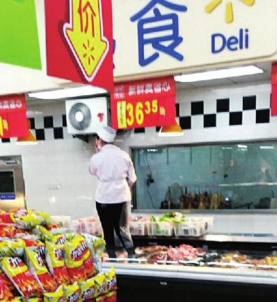 太原沃尔玛员工穿鞋踩入熟肉柜。 (图片来自网络)