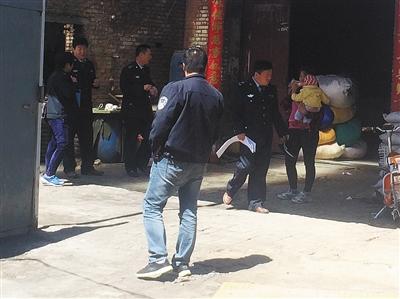 昨日,丰台区长辛店镇南沟村洗涤厂,环保局执法人员手握封条,准备对其燃煤锅炉进行查封。