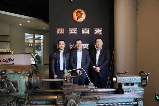 沈阳市人大副主任顾春明在田家区长等陪同下兴致勃勃的参观博物馆,给予高度评价,并安排赠送博物馆一部50年代的老车床。