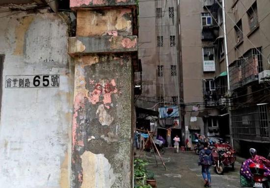 万大彬公司登记注册的地址在一栋破旧的老居民楼里。 澎湃新闻记者 胥辉 图