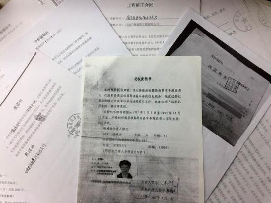 涉嫌诈骗的各种文件。 澎湃新闻记者 胥辉 图