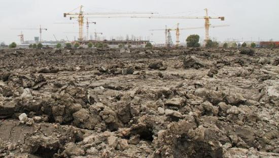 上海松江泗泾,一片尚未开工的建筑工地,远处施工现场已是矗立成群。 杨一 澎湃资料