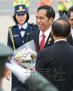 5月26日下午,印度尼西亚总统佐科到达日本中部机场,预备加入七国团体(G7)伊势志摩峰会关联集会。(一起社)
