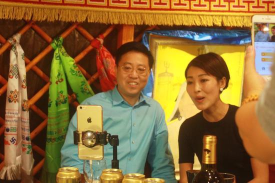 李光斗与央视主持人杨晋宣布直播开始
