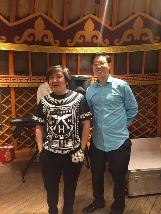 李光斗与杨臣刚在直播镜头中与粉丝打招呼