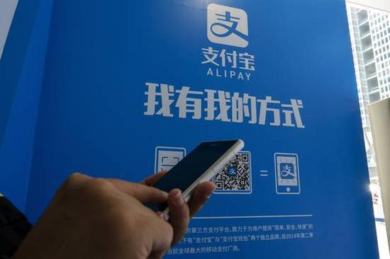 目前支付宝主要相当于一种高科技信用卡,用户能够通过支付宝使用手机轻松兑换钱。