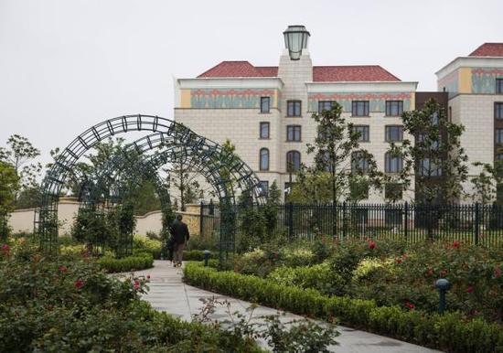 即将开业的上海迪士尼有可能给上海酒店住宿行业带来下半年客房率平均5%左右的增长。图为迪士尼度假区酒店。 贾亚男 澎湃资料