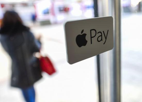 材料图像:在北京王府井贸易区的一家商户玻璃门上,粘贴有Apple Pay标识(2月18日摄)。新华社记者 戚恒 摄