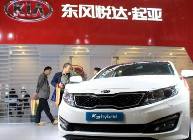 2015年4月17日,江苏南京,市民在新能源车展东风悦达起亚展位选购起亚K5轿车。  CFP供图