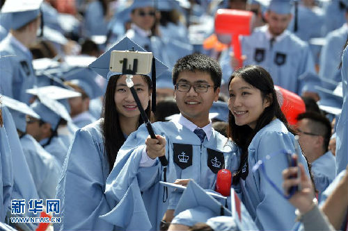 5月20日,几名中国留学生在美国哥伦比亚大学毕业典礼上自拍。新华社记者王雷摄