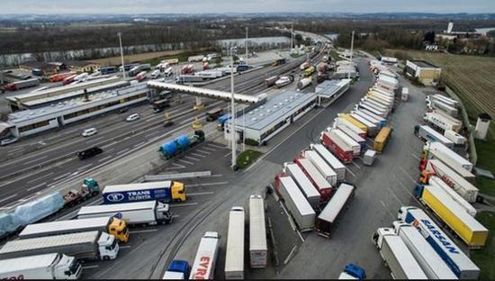 长期以来,欧洲议会和环境运动发起者们对欧洲卡车制造商一直抱有怀疑,认为他们强烈抵制改善耗油率、减少二氧化碳排放等努力。