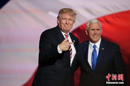 本地时刻7月20日,美国俄亥俄州克利夫兰,特朗普和彭斯同台表态共和党天下代表大会。19日,通过各地代表轮番唱票表决,大会正式提名唐纳德・特朗普和迈克・彭斯为共和党正副总统提名人。 中新社记者 廖攀 摄