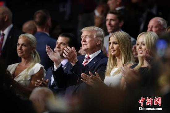 本地时刻7月20日,美国共和党天下代表大会接续在俄亥俄州克利夫兰举办,晚间特朗普同家人表态会场。 中新社记者 廖攀 摄