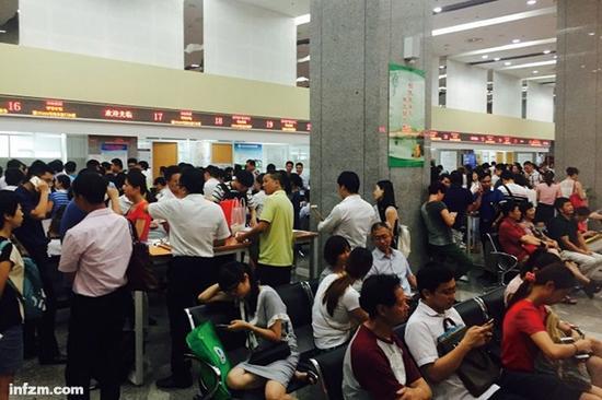 2016年7月9日,在厦门市行政服务中心房地产交易窗口前,有大批等待办理二手房过户手续的人。(受访者供图/图)