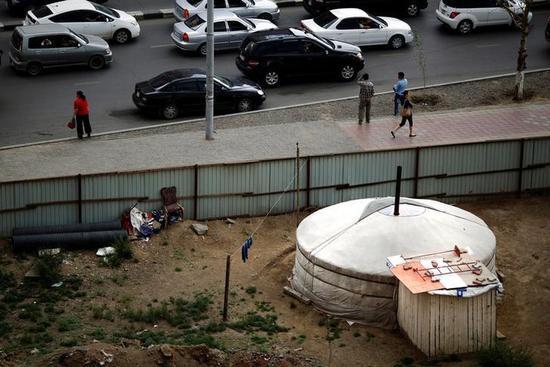 图为2013年资料图片,显示乌兰巴托市中心一条繁忙街道旁的蒙古包。 REUTERS/Carlos Barria/File Photo
