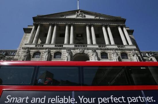 2015年5月13日,一辆巴士经过英国央行大楼。 REUTERS/Stefan Wermuth/Files