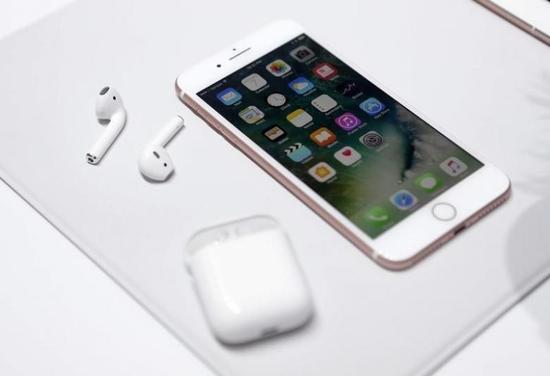 2016年9月7日,苹果在旧金山举行媒体活动,展示新推出的iPhone 7和无线耳机AirPodsReuters/Beck Diefenbach