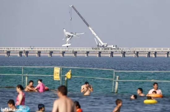 2016年7月20日12时18分,一架机号为B-10FW的水上飞机在上海市金山区城市沙滩码头起飞。两分钟后,这架先前一直在水面转圈的飞机突然左转,随即撞上旁边的沪杭公路大桥。飞机断成两截,发动机飞出机舱。机上5人死亡,另有5人受伤。   南方周末记者调查得知,这起重大飞行事故在发生之前已有若干征兆:航空公司执行飞行任务时通常有三天的准备时间,但这次执飞前一天才接到飞行任务;两架水上飞机在降落时发生磕碰,导致其中一架严重受损;航空公司没有及时将事故报告民航管制部门,相反擅自改变了飞行计划,临时安排另一