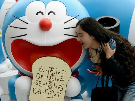 """�Y料�D片:2014年4月,日本�勇��}角色""""哆啦A�簟闭褂[在北京吸引了很多中��粉�z。"""
