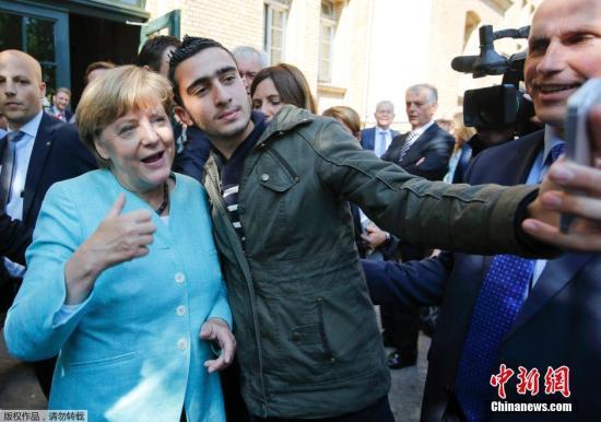 本地时刻2015年9月10日,德国柏林,德国总理默克尔慰劳到达德国追求出亡的灾黎。