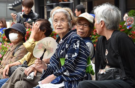 日本老龄化危机加剧 70岁以上人口首次超两成
