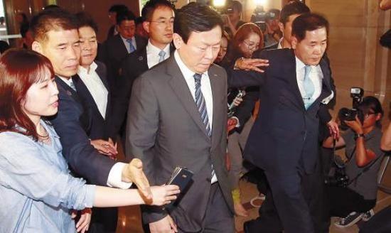 乐天集团会长辛东彬周二抵达首尔中央地方检察厅接受腐败调查