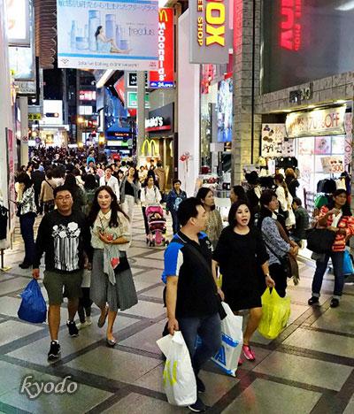 大阪心斋桥筋商业街随处可见中国游客